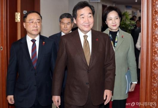 [사진]국무회의 참석하는 이낙연 총리