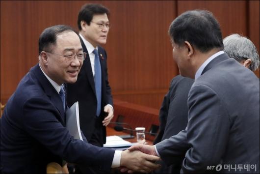 [사진]국무위원들과 인사 나누는 홍남기 부총리