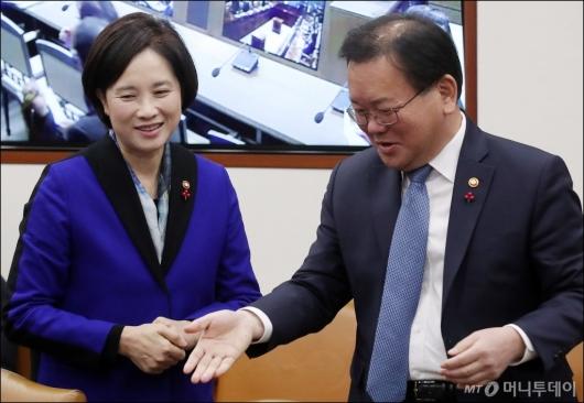 [사진]대화 나누는 유은혜-김부겸