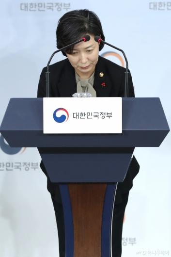 [사진]인사하는 이숙진 차관