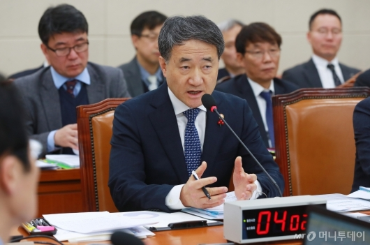 [사진]국민연금 관련 답변하는 박능후 장관