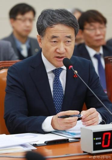 [사진]국민연금 운영계획 관련 답변하는 박능후 장관
