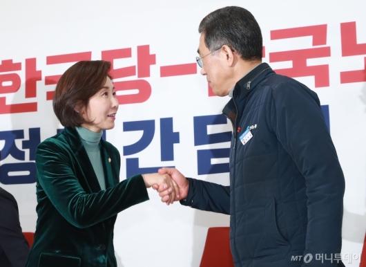 [사진]악수하는 나경원 원내대표-김영주 위원장