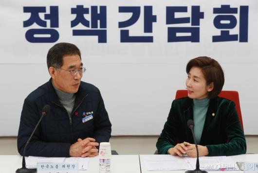 [사진]환담하는 나경원 자한당 원내대표-김영주 한국노총 위원장