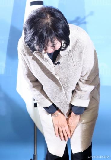 [사진]고개 숙여 인사하는 손혜원 의원