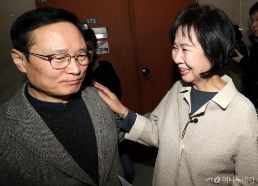 [사진]기자회견 마친 손혜원, '홍영표 어깨에 손'