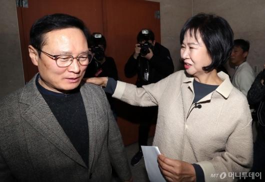 [사진]홍영표 원내대표와 이야기 나누는 손혜원 의원