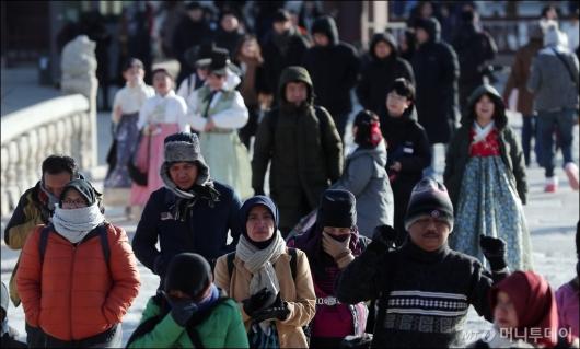 [사진]'대한' 추위에도 경복궁 찾은 관광객들