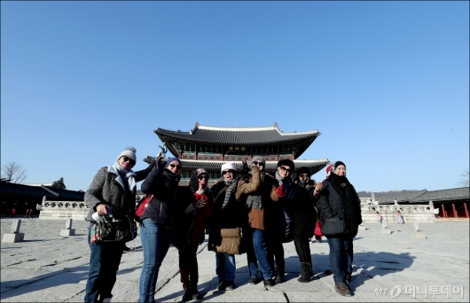 [사진]파란 하늘 즐기는 외국인 관광객
