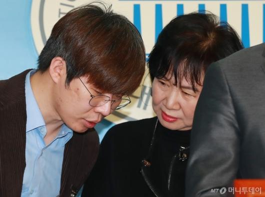 [사진]대화하는 손혜원 의원-여준형 대표