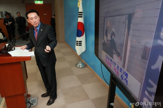 [사진]'용산참사 10주년' 강제진압 정당성 주장하는 김석기