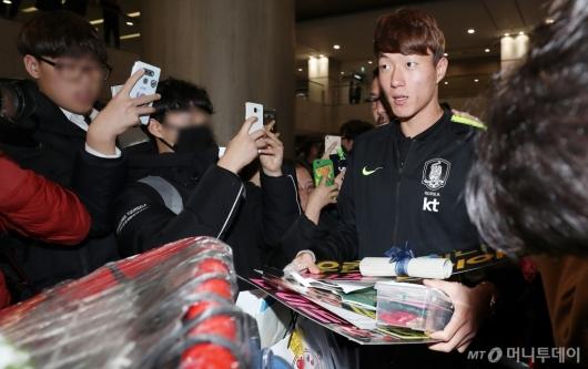 [사진]팬들의 선물 받으며 입국하는 황의조