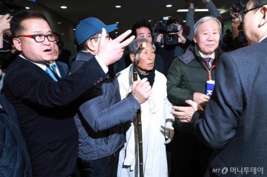 [사진]자한당 원내대표실 이동하는 5.18 구속자회 대표자들