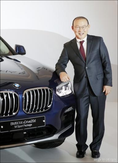 [사진]'BMW X4'와 포즈 취하는 박항서 감독