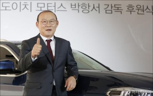 [사진]'엄지척' 포즈 취하는 박항서 감독