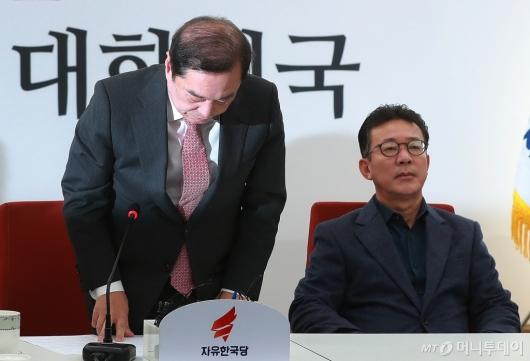 [사진]'5.18 망언' 논란 닷새만에 고개 숙인 김병준 비대위원장