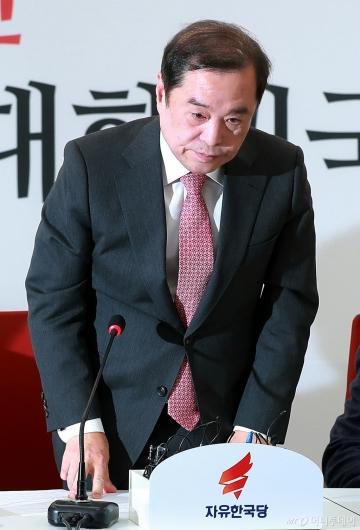 [사진]5.18 망언 논란, 닷새만에 사과하는 김병준 비대위원장