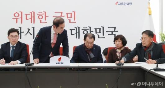 [사진]5.18 단체 대표단에게 사과하는 김병준