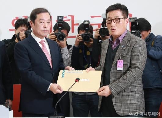 [사진]'5.18 망언' 항의서한 전달받는 김병준 위원장