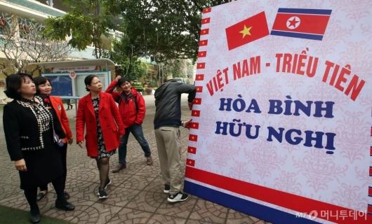 [사진]베트남 우정유치원 '북 방문단 방문 준비'