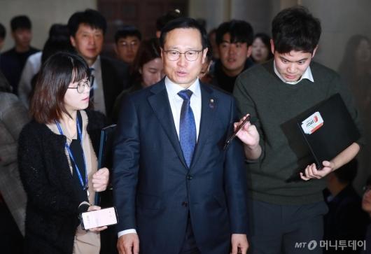 [사진]회동 참석하는 홍영표 민주당 원내대표