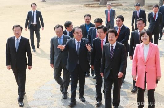 [사진]오찬간담회 참석하는 국회의장-5당대표