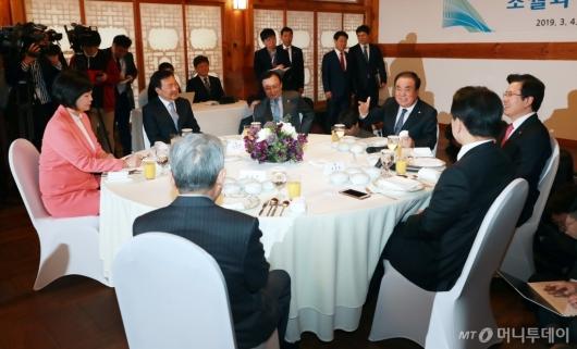 [사진]환담하는 국회의장-5당대표