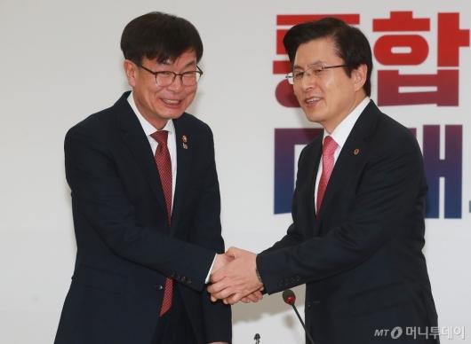 [사진]악수하는 김상조 위원장-황교안 대표