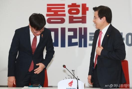 [사진]인사하는 김상조 공정위원장
