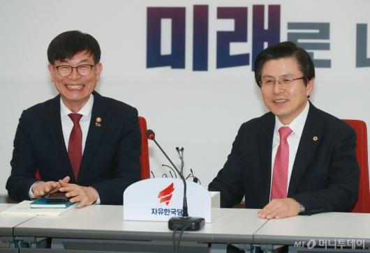 [사진]환담하는 김상조-황교안