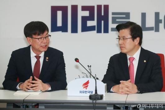 [사진]환담하는 김상조 위원장-황교안 대표
