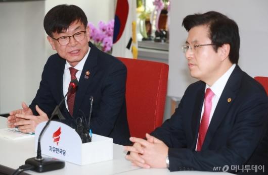 [사진]대화하는 김상조 위원장-황교안 대표