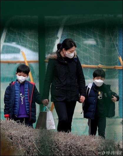 [사진]'최악 미세먼지' 마스크 쓰고 하교