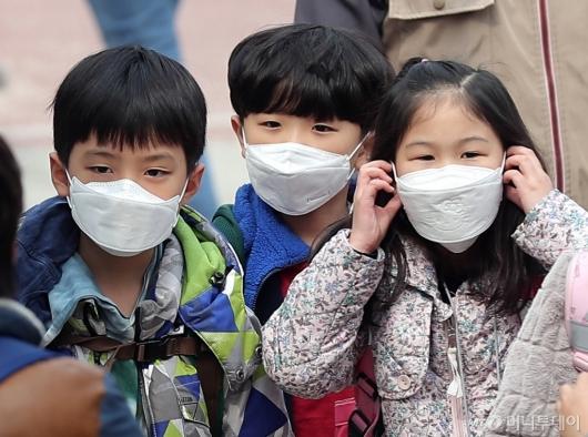 [사진]마스크 쓴 아이들, 숨쉬기 힘들어요!