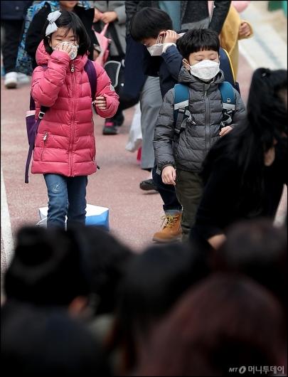 [사진]'마스크 쓰고 하교하는 아이들'