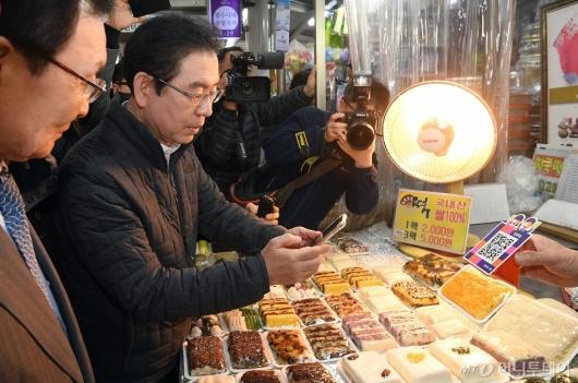 [사진]제로페이로 결제하는 박원순 서울시장