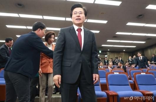[사진]의원총회 첫 참석한 황교안 대표