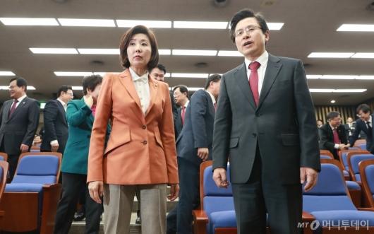 [사진]의총 첫 참석한 황교안 자한당 대표