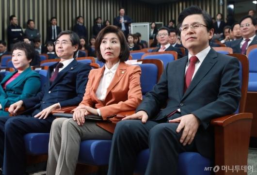 [사진]의원총회 참석한 황교안 신임 대표