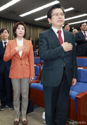 [사진]국민의례하는 황교안-나경원