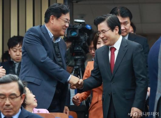 [사진]의원총회 첫 참석하는 황교안 대표
