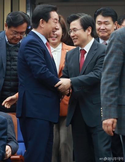 [사진]악수하는 황교안-김성태