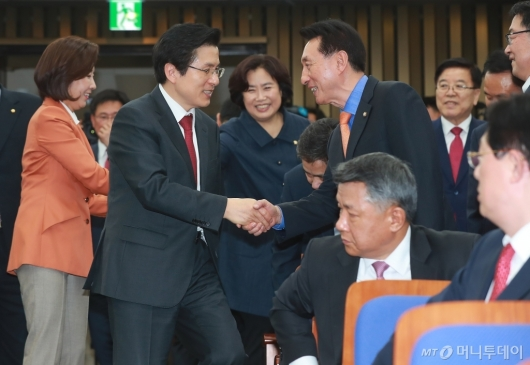 [사진]의총 참석하는 황교안 신임 대표