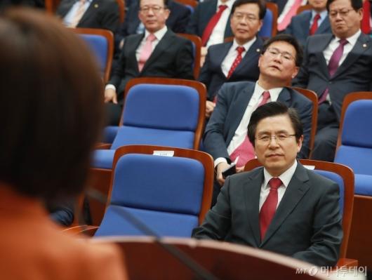 [사진]나경원 모두발언 듣는 황교안과 의원들
