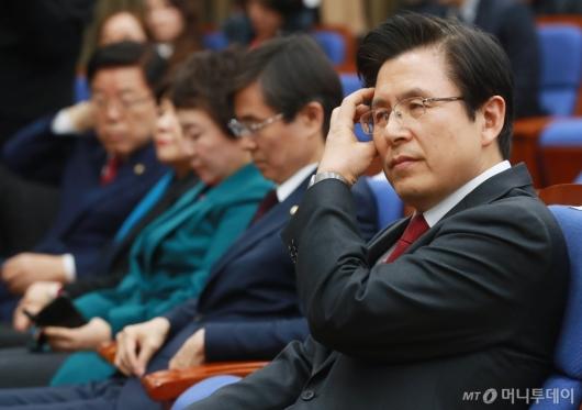 [사진]발언 듣는 황교안 대표