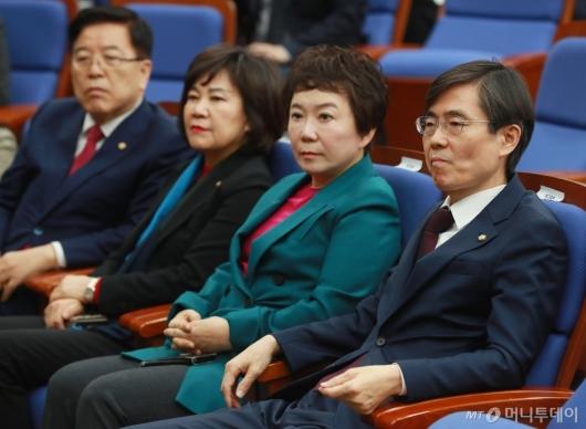 [사진]모두발언 듣는 자한당 최고위원들