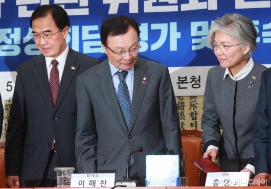 [사진]한반도평화 관련 위원회 회의 참석한 강경화-조명균 장관