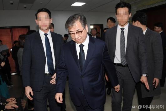 [사진]국회 정보위 전체회의 출석하는 서훈 국정원장