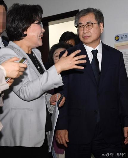 [사진]대화하는 서훈 국정원장-이혜훈 정보위원장