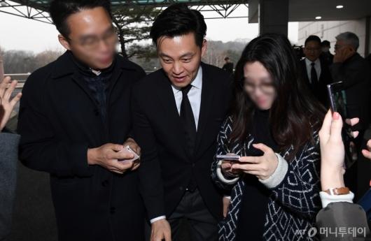 [사진]故박용곤 명예회장 조문 마친 이서진